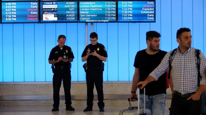 USA: Bisher mussten USA-Reisende – hier auf dem Flughafen von Los Angeles – befürchten, dass der Grenzschutz ohne Grund ihr Smartphone durchsucht. Damit ist nach einem Urteil jetzt Schluss.