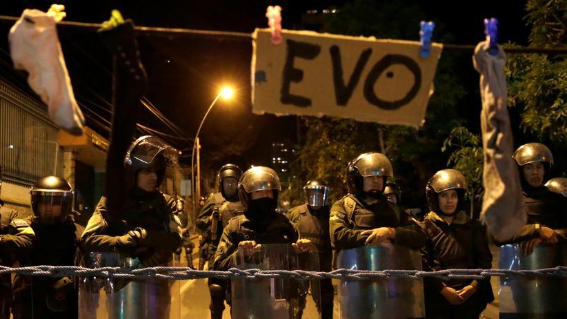Vereinte Nationen: In La Paz haben Demonstranten ein Schild mit Morales' Vornamen an eine Leine mit schmutzigen Socken gehängt.
