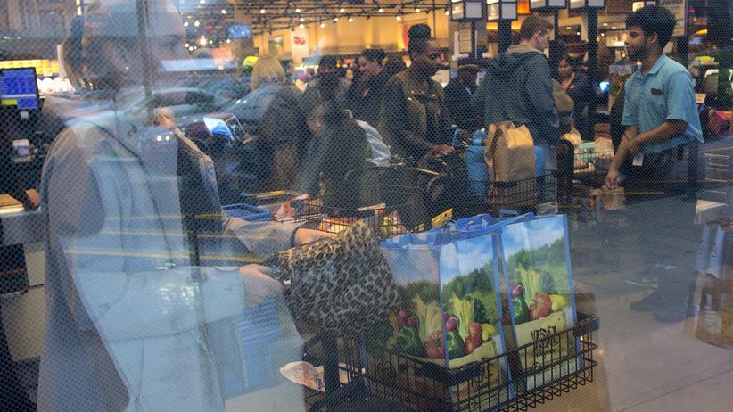 Armut: Menschen kaufen in einem Supermarkt in New York ein.