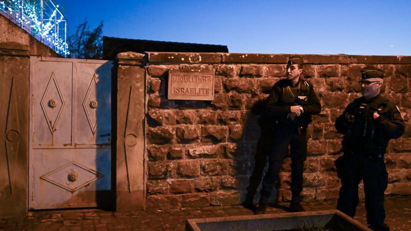 Frankreich: Vor dem jüdischen Friedhof Westhoffen, rund 25 Kilometer von Straßburg entfernt, stehen französische Polizisten Wache.