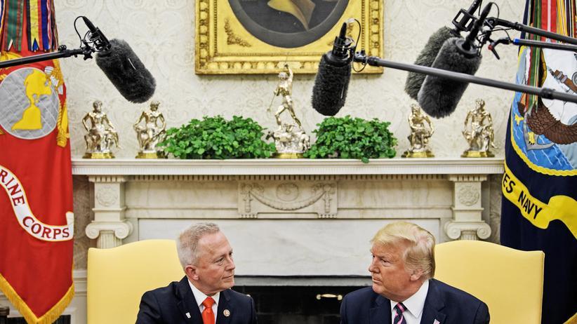 Impeachment: Während eines Besuchs bei Donald Trump im Weißen Haus machte Jeff Van Drew seinen Parteiwechsel öffentlich.
