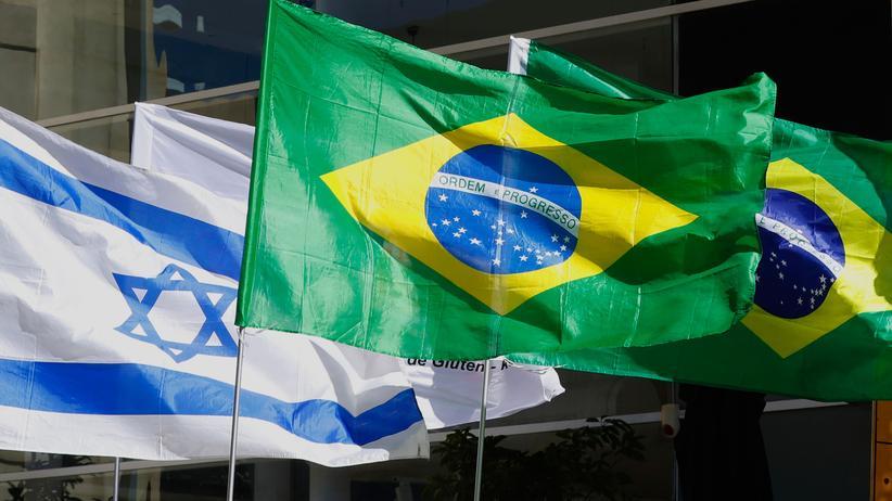 Israel: Noch hängen die israelischen und brasilianischen Flaggen vor der brasilianischen Botschaft in Tel Aviv. Künftig soll die Botschaft nach Jerusalem umziehen.