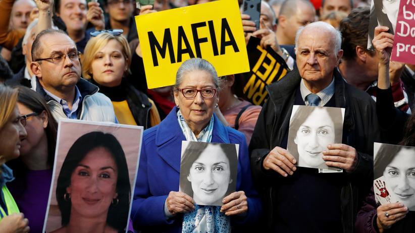 Joseph Muscat: Protest vor dem Justizministerium in Valletta: Umgeben von Regierungskritikern halten die Eltern  der ermordeten Journalistin Daphne Caruana Galizia Bilder ihrer Tochter
