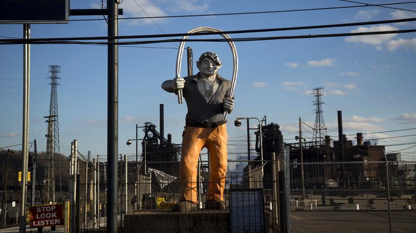 Handelsstreit: Statue eines Stahl-Arbeiters am Eingang eines Stahlwerks in Braddock, Pennsylvania.