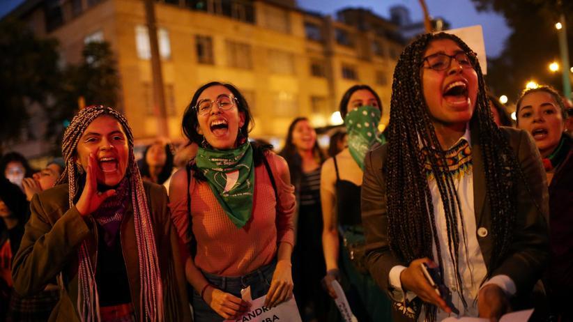 Südamerika: Ein feministisches Kollektiv bei einer Demonstration in Santiago de Chile Ende November