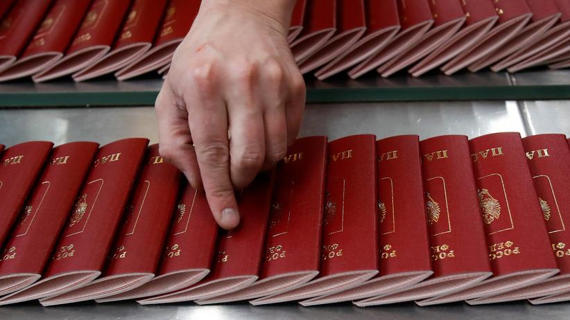 Ukraine-Konflikt: 160.000 Menschen in der Ostukraine wollen einen davon haben: Frisch gedruckte russische Pässe in einer Moskauer Druckerei.