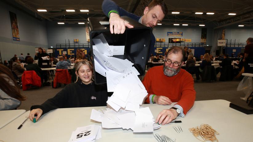 Prognose: Auszählung der Stimmen in der Stadt Bath in Westengland