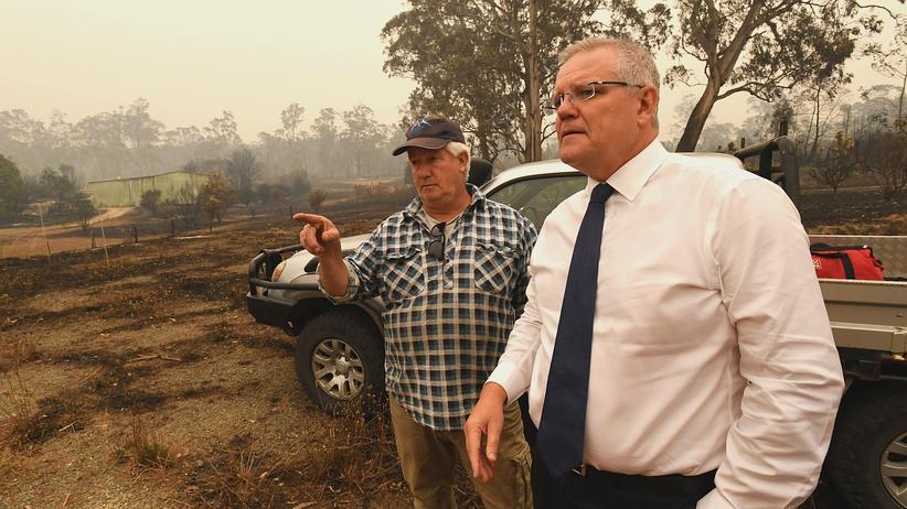 Australien: Australiens Premierminister Scott Morrison (rechts) besucht das Krisengebiet in Bundesstaat Victoria.