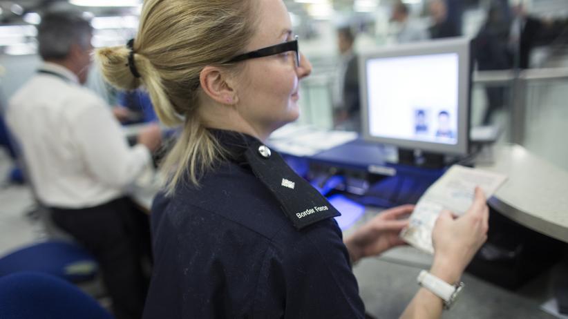 Brexit: Passkontrolle am Flughafen Gatwick in London