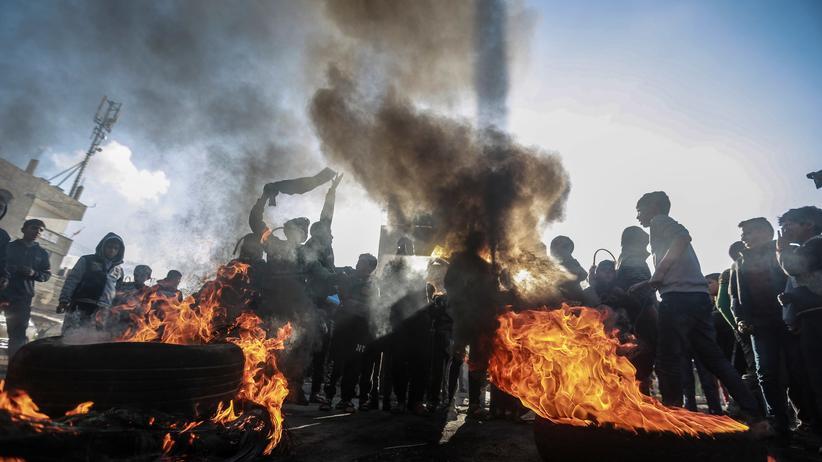 Nahostkonflikt: Palästinensische Demonstranten verbrennen Reifen als Protest gegen den Plan von US-Präsident Trump für den Nahen Osten.