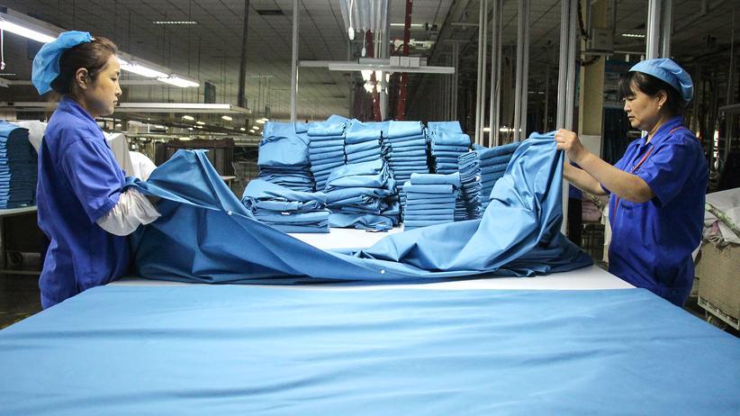 Handelskriegl: Arbeiterinnen einer Textilfabrik in Binzhou: Die Waren sollten eigentlich in die USA exportiert werden, aber viele Aufträge wurden wegen des Handelsstreits gecancelt.