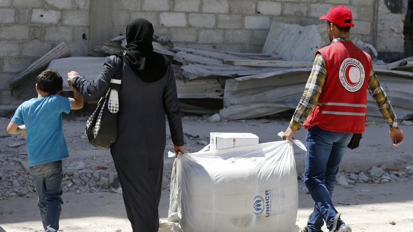 Vereinte Nationen: Eine Syrerin holt eine Hilfslieferung der Vereinten Nationen ab.