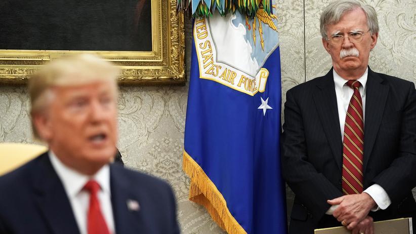 Impeachment: John Bolton (rechts), damals noch Nationaler Sicherheitsberater von US-Präsident Donald Trump, im Juli 2019 im Weißen Haus zusammen mit dem Präsidenten