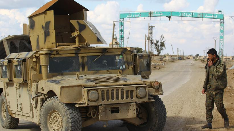 Irak: Ein Kämpfer der Syrischen Demokratischen Kräfte (SDF), einer von den USA verbündeten kurdisch geführten Rebellengruppe