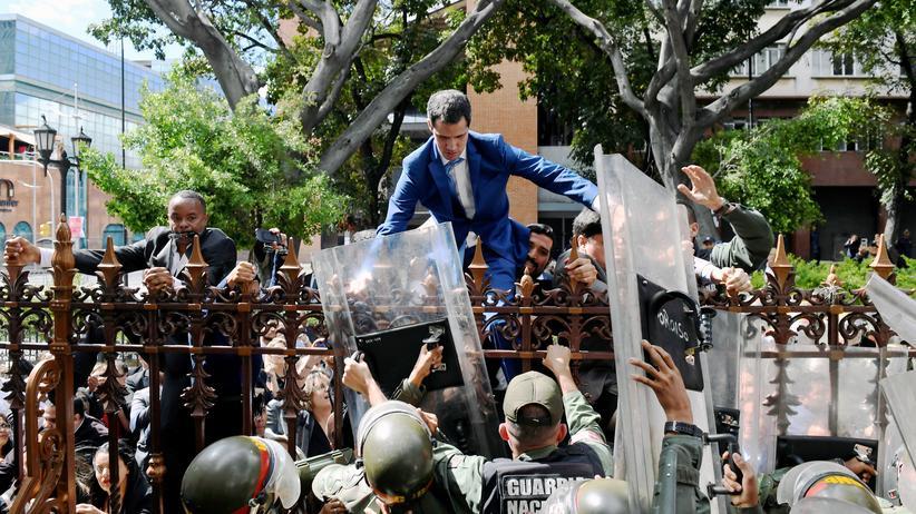 Juan Guaidó: Der venezolanische Oppositionsführer Juan Guaidó steigt über ein Geländer, um ins Kongressgebäude in Caracas zu kommen.