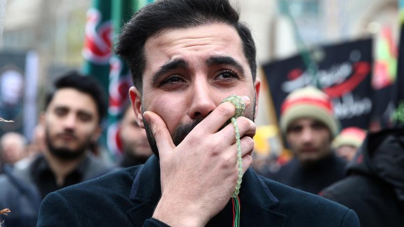 Adnan Tabatabai: Trauernde auf einer Zeremonie zu Ehren des getöteten Generals Kassem Soleimani, aufgenommen am Sonntag in Teheran
