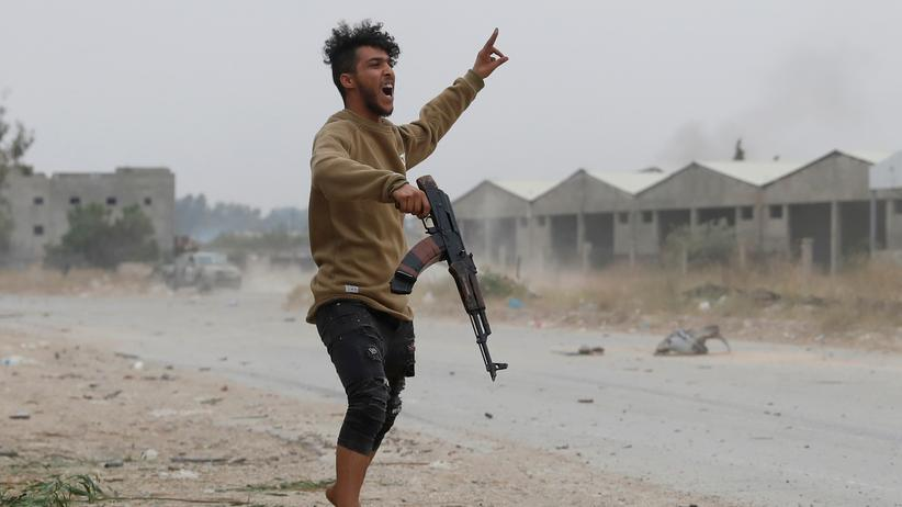 Libyen-Konferenz: Ein Kämpfer der libyschen Streitkräfte während eines Zusammenstoßes mit Kämpfern, die Chalifa Haftar treu sind, am Stadtrand von Tripolis im Mai 2019