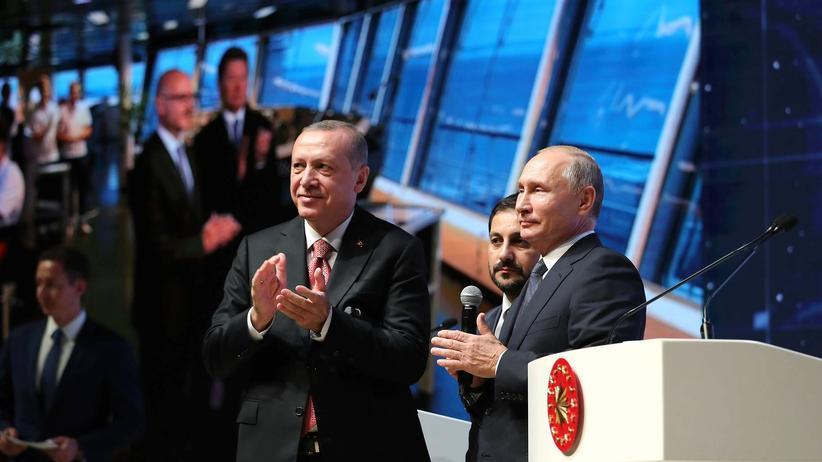TurkStream: Der türkische Präsident Recep Tayyip Erdoğan und der russische Präsident Wladimir Putin beklatschen im November 2018 die Fertigstellung eines Teilstücks der TurkStream.