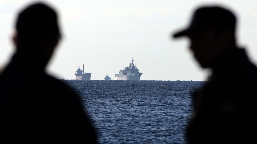 UN-Menschenrechtsausschuss: Mitglieder der griechischen Küstenwache blicken auf Schiffe mit Migranten an Bord.