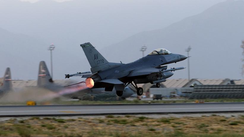 US-Luftwaffe: Ein F-16 Fighting-Falcon-Flugzeug der US-Luftwaffe startet am Bagram-Flugplatz, Afghanistan, am 22. August 2017.