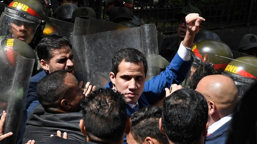 Venezuela: Kein Durchkommen: Venezuelas Oppositionsführer Juan Guaidó versucht ins Parlament zu gelangen.
