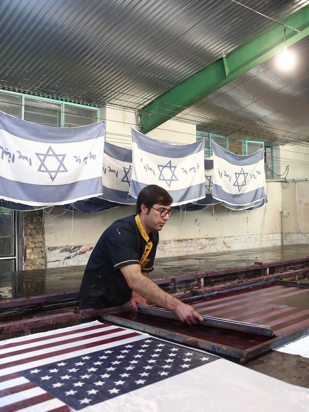 Iran: Flaggen, zum Verbrennen produziert