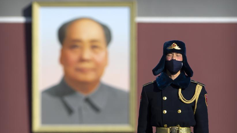 China: Ein Mitglied einer chinesischen Ehrengarde mit Schutzmaske am Dienstag auf dem Platz des Himmlischen Friedens in  Peking.
