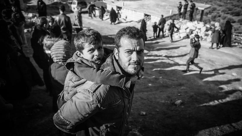 Syrien: Familien, die vor den Bomben weiter in den Norden Idlibs geflohen sind, versammeln sich an der türkischen Grenze um gegen die Angriffe zu protestieren.