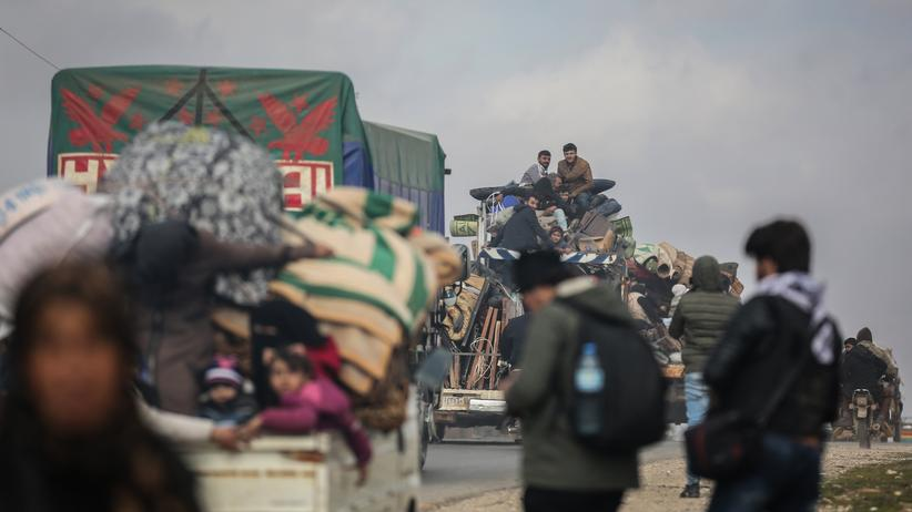 Idlib: Menschen bei der Flucht aus Syrien: Auf Ladeflächen von Lastwagen bringen Schutzsuchende sich und ihre Habseligkeiten in Sicherheit.