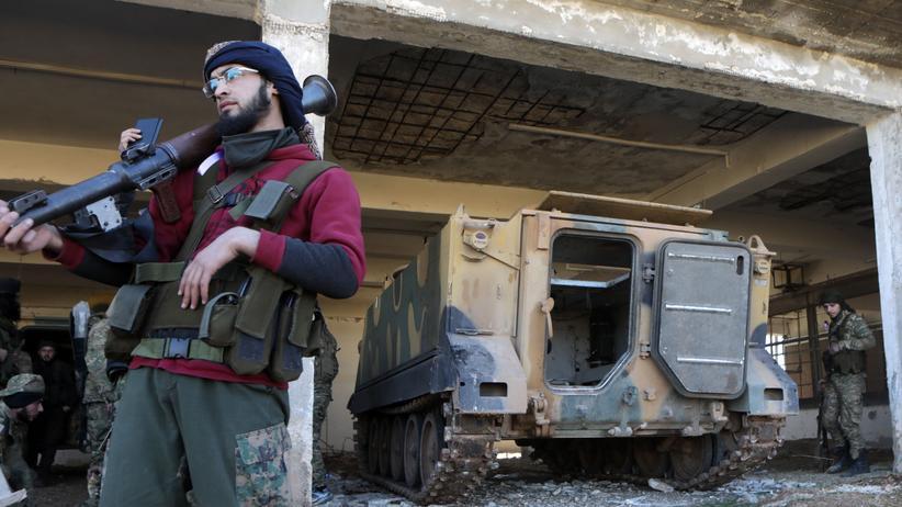 Syrien-Konflikt: Ein Kämpfer einer von der Türkei unterstützten Miliz nahe Idlib im Norden von Syrien