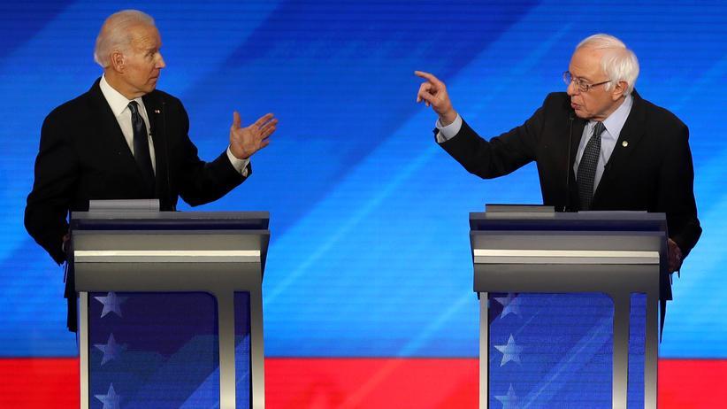 US-Wahlkampf: Eigentlich steht Bernie Sanders links von Joe Biden. Hier ist es mal umgekehrt.