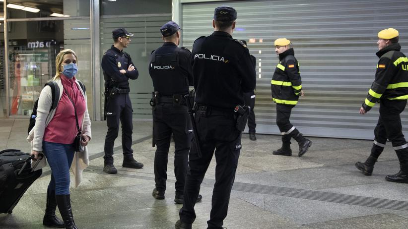 Ausgangssperren in Spanien: Spanische Sicherheitskräfte patrouillieren in Madrid.