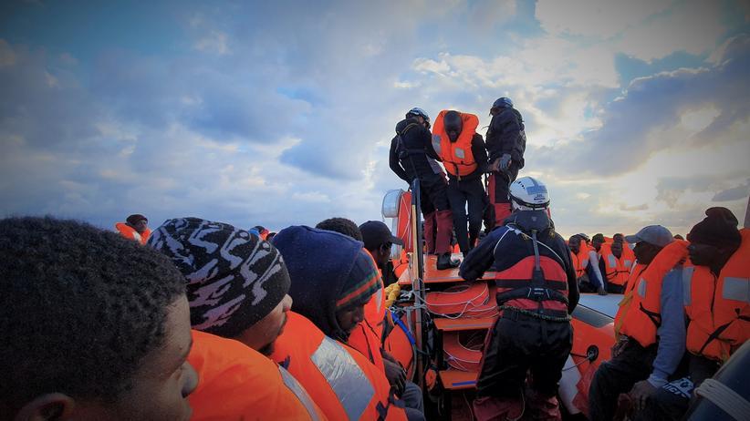 """Mission """"Irini"""": Migranten bei einer Rettungsaktion auf dem Mittelmeer"""
