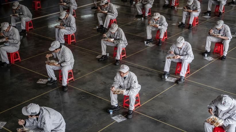 Covid-19: Beschäftigte in einem Honda-Werk in Wuhan halten bei der Mittagspause den nötigen Sicherheitsabstand ein.