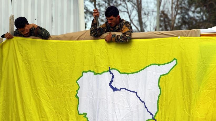 Islamischer Staat: Kämpfer der Syrischen Demokratischen Kräfte (SDF) bringen eine Flagge an einem Ölfeld in Deir ez-Zor in Syrien an.