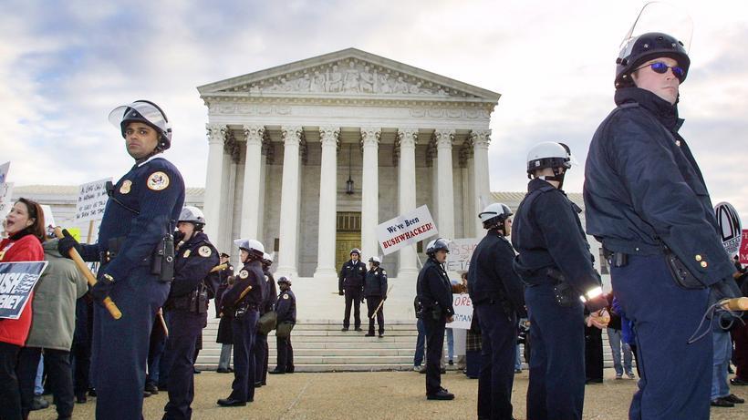 George Bush gegen Al Gore: Polizisten vor dem US Supreme Court im Jahr 2000.