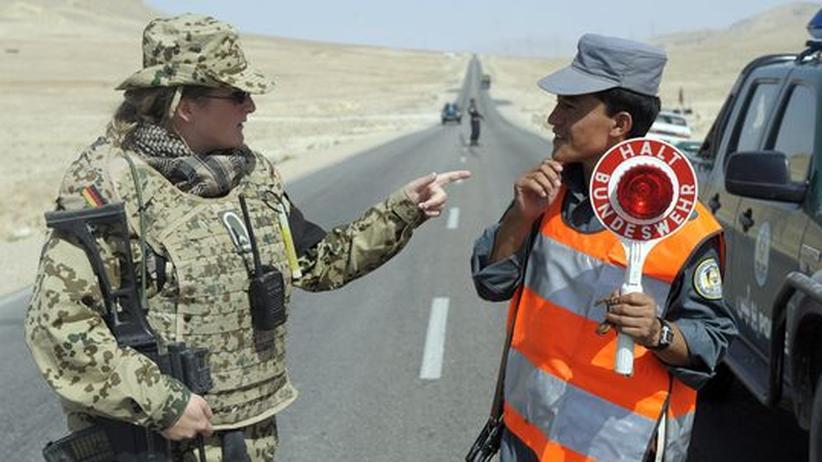 Eine Soldatin der Bundeswehr trainiert einen afghanischen Polizisten