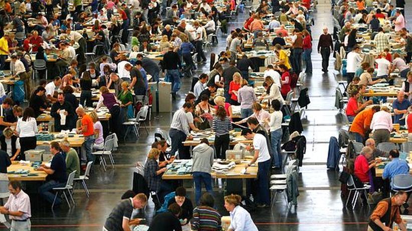 Wählerwanderung: Wahlhelfer bei der Stimmenauszählung in München