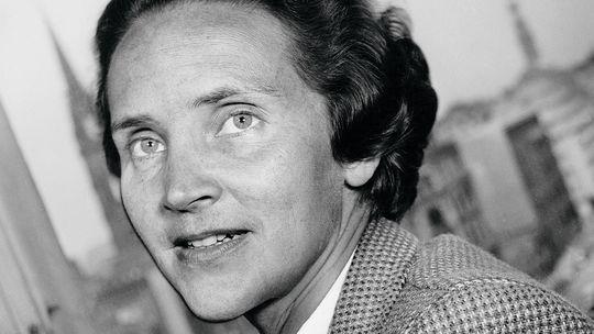 1955 wurde Marion Dönhoff zum zweiten Mal Leiterin des Politikressorts der ZEIT. 1954 hatte sie das Blatt aus Protest gegen einen Schwenk nach rechts verlassen