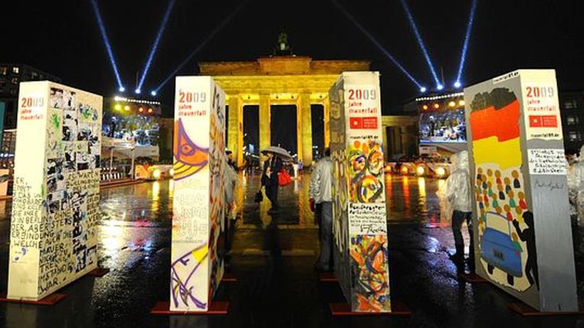 Mauerfall: Nach 20 Jahren fiel erneut eine Mauer in Berlin. Diesmal war sie jedoch aus Styropor und der Höhepunkt des Festes der Freiheit