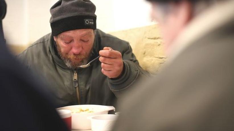 Fact-Check zum Sozialstaat: Wie viel Sozialstaat brauchen wir? Ein Obdachloser in einer Suppenküche in Berlin