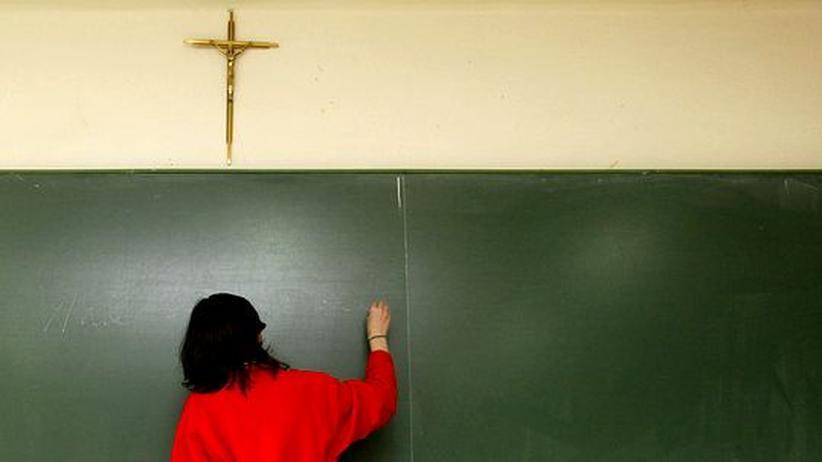 Kruzifix-Debatte: Die alte Debatte wird in weiten Teilen Europas geführt: Verletzen Kruzifixe in Klassenzimmern die Trennung von Kirche und Staat?