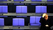 Allein im Hohen Haus: Kanzlerin Angela Merkel (nach dem dritten Wahlgang am Mittwoch im Bundestag)