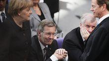Dem Image des neuen Präsidenten (Mitte) hat seine Wahl im dritten Anlauf nicht geschadet. Der schwarz-gelben Koalition schon