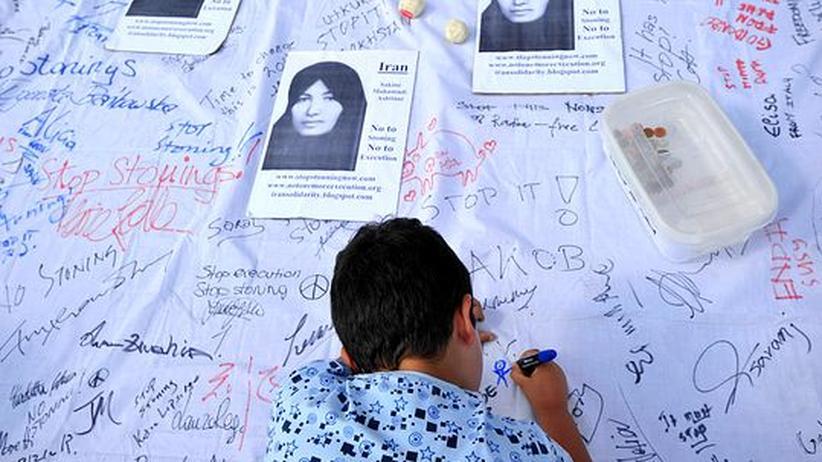 Todesstrafe: Protestaktion in London gegen Steinigungen im Iran. Auf dem Foto: Sakineh Mohammadi Ashtiani, die wegen Ehebruchs gesteinigt werden soll