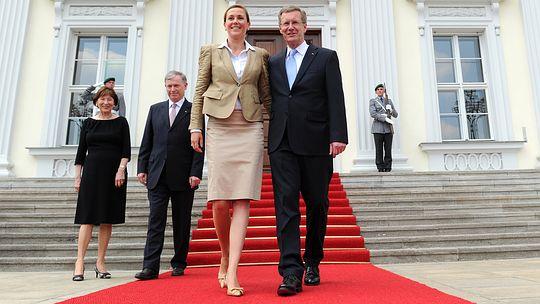 Posieren vor dem Amtssitz: Bundespräsident Wulff mit Frau Bettina