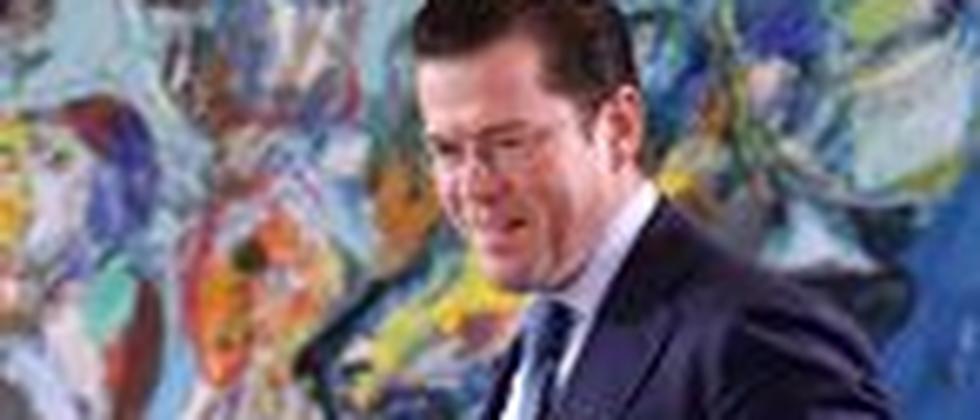 Verteidigungsminister zu Guttenberg auf dem Weg zur Kabinettssitzung am 18. August