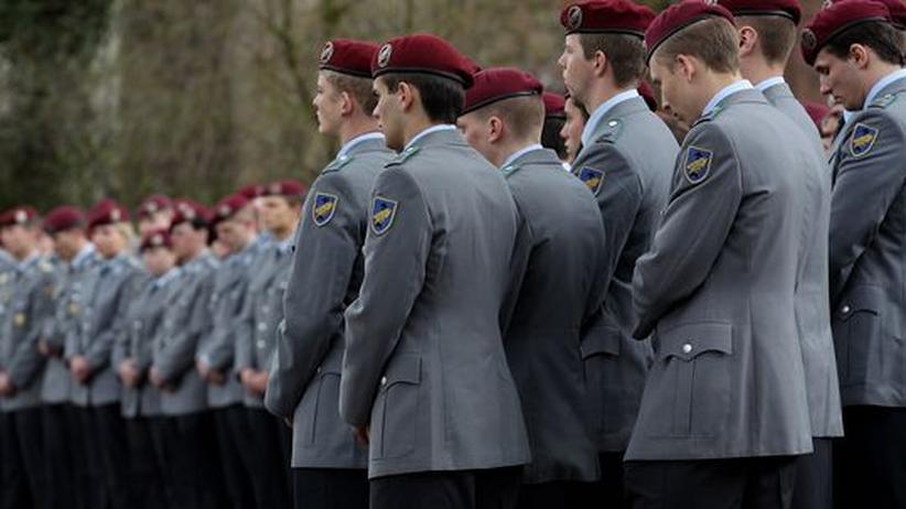 Bundeswehr: Soldaten bei einer Trauerfeier für gefallene Kameraden. Die Männer und Frauen der Bundeswehr beklagen das Desinteresse der Deutschen an ihrer Armee