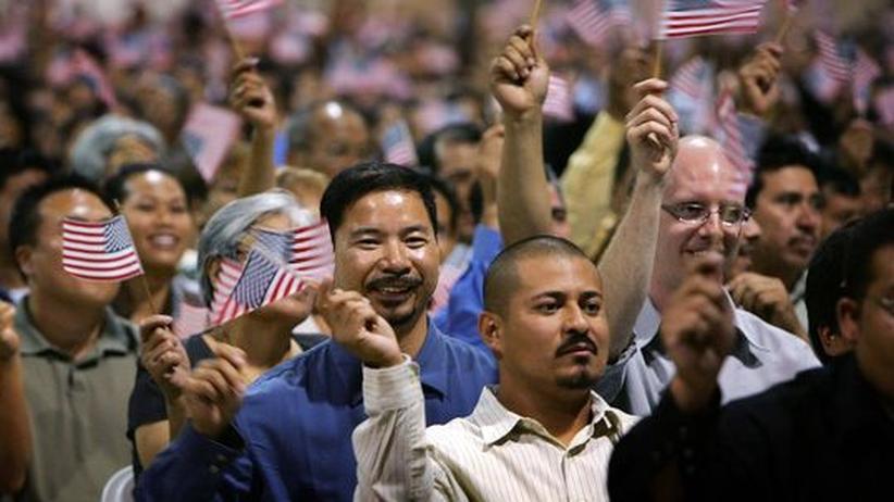 Einwanderer nach ihrer Einbuergerungsfeier in Pomona, Kalifornien