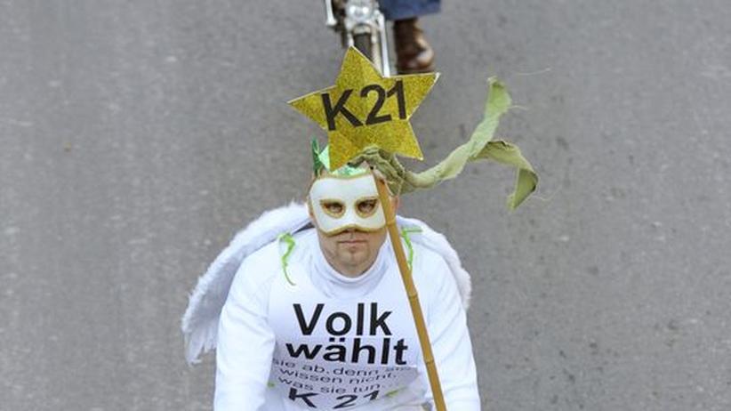 Ein Demonstrant auf seinem Fahrrad beteiligt sich an einer Demonstration gegen die Stuttgart 21